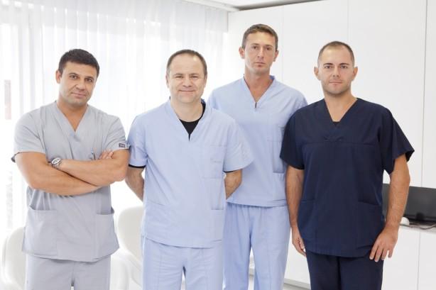 Проф. д-р Щолценбург е ръководител на операционния екип: д-р Георгиев, д-р Коцев и д-р Боцевски (отляво надясно на снимката)