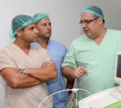 Д-р Георгиев обсъжда случай на пациент с увеличена простата с колегите си д-р Боцевски и д-р Санча