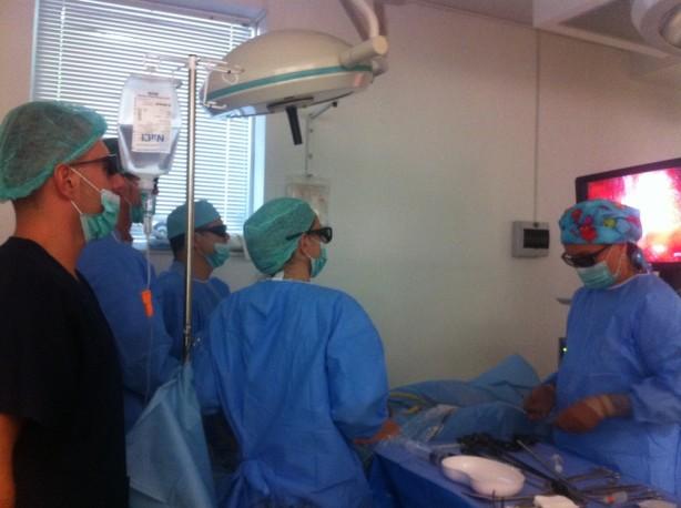 Д-р Коцев, д-р Боцевски и д-р Георгиев наблюдават внимателно резекцията на тъканта и трупат опит в лапароскопската техника