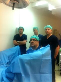 Д-р Санча оперира със Зелен лазер, зад него се виждат д-р Боцевски и проф. д-р Елтерман