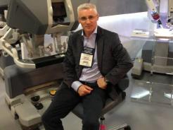 д-р Анди Томас, хирург-консултант в ABM University Health Board